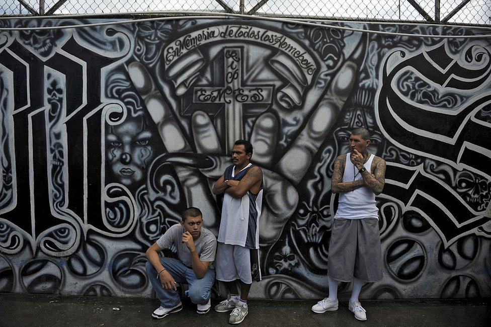 Pandilleros de la MS-13 asisten a una misa en el centro penal de Ciudad Barrios en 2012.