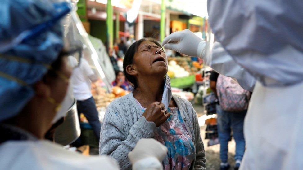 Una mujer es controlada para detectar covid-19 en Guatemala.