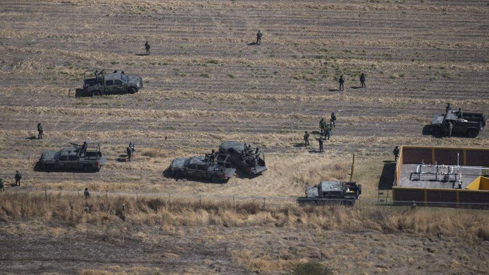 """Las fuerzas militares de México realizan en Guanajuato una intensa operación en contra del """"huachicoleo""""."""