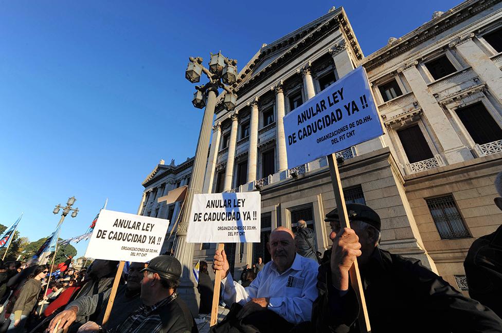 Manifestantes piden que se anule la Ley de Caducidad frente al Parlamento