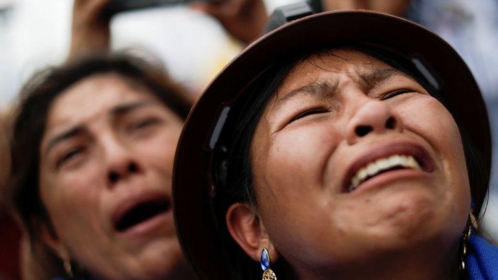žene plaču na dočeku eva moralesa