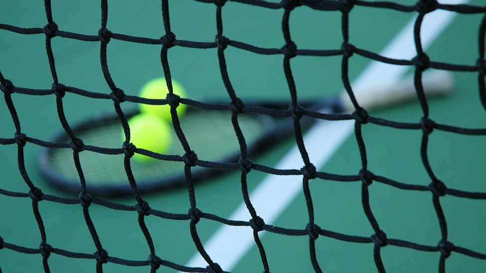La red en una cancha del tenis.