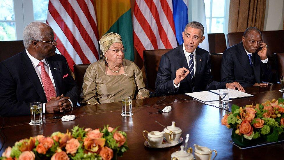 الرئيس باراك أوباما يتحدث خلال اجتماع مع رئيسة ليبيريا إلين جونسون سيرليف والرئيس الغيني ألفا كوندي (يمين) والرئيس السيراليوني إرنست باي كوروما (يسار) في غرفة مجلس الوزراء بالبيت الأبيض 15 أبريل/نيسان 2015