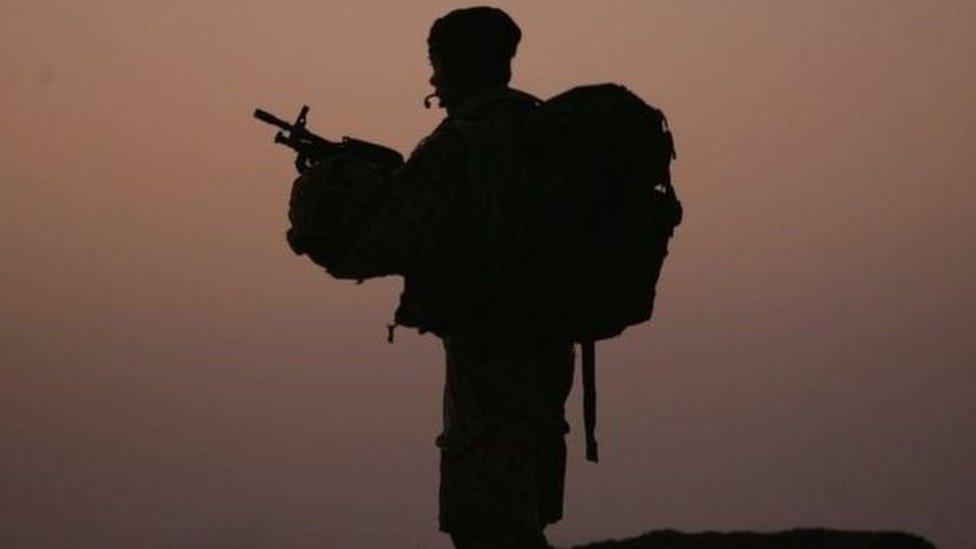 جندي يحمل سلاحاً