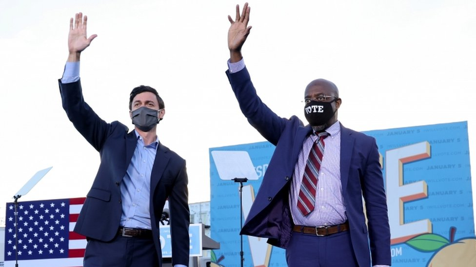 Jon Ossoff (izq.) y Raphael Warnock durante la campaña por el Senado