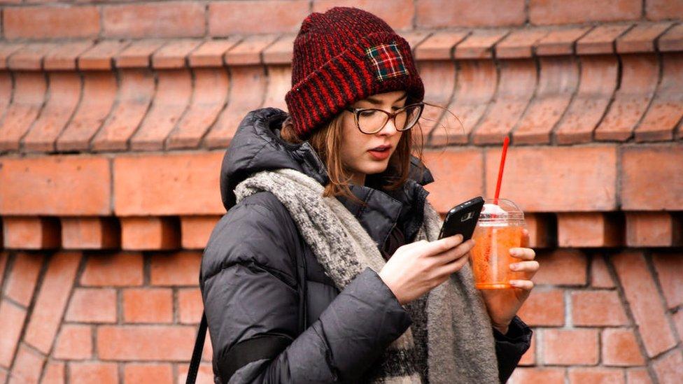 Mulher com seu telefone celular