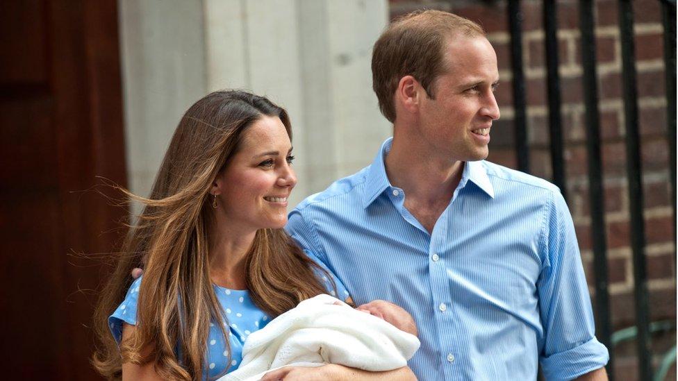 الدوقان مع الأمير جورج بعد ولادته