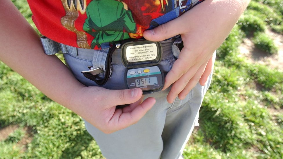 Una persona con un podómetro.