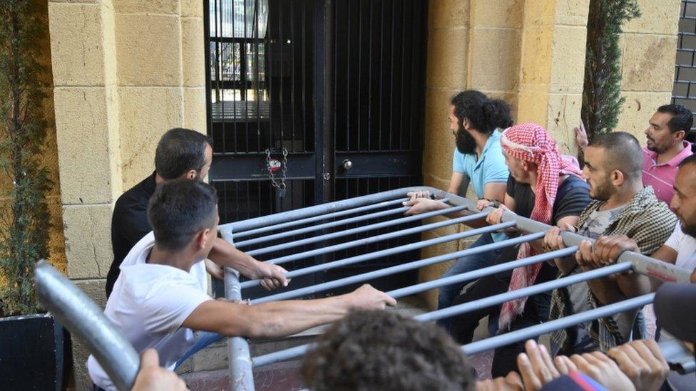لبنانيون يحتجون على الوضع الاقتصادي في بلادهم