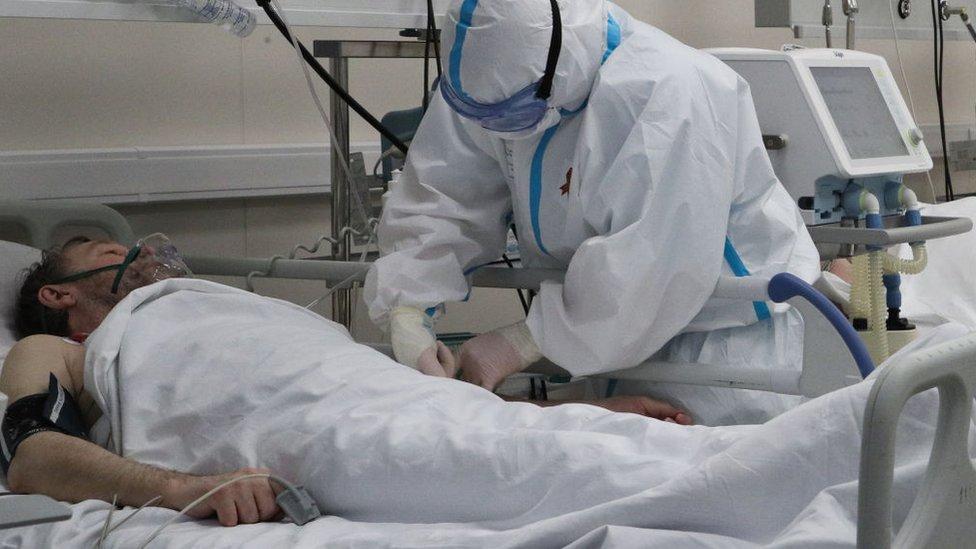 Un médico atiende a un paciente con covid-19