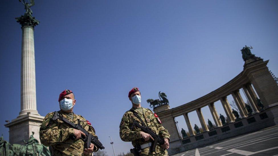 Militares patrullando en Budapest.