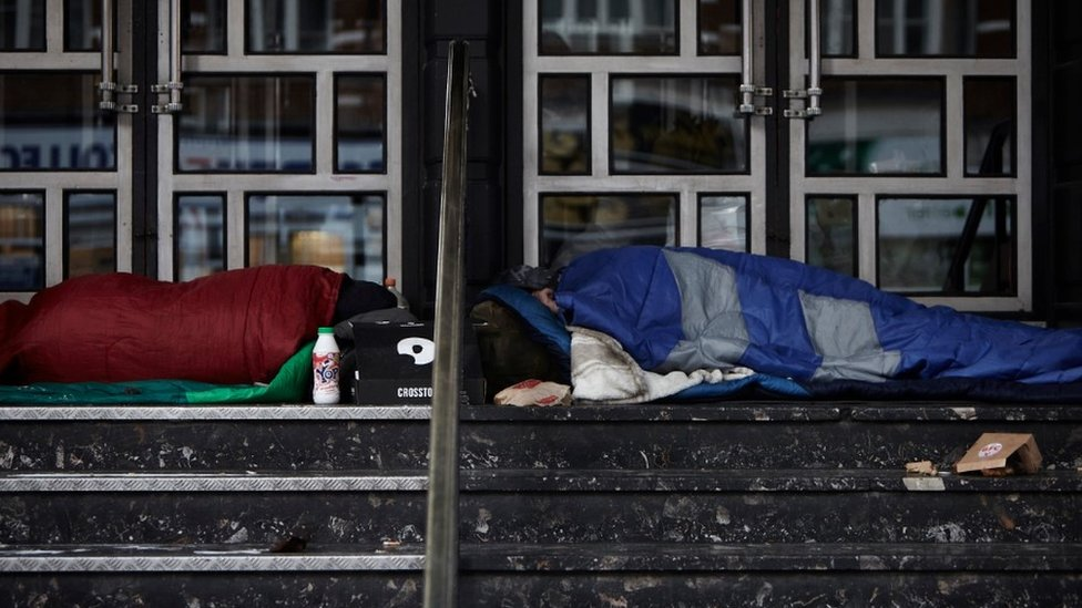 Stock image: Two people outside in sleeping bags