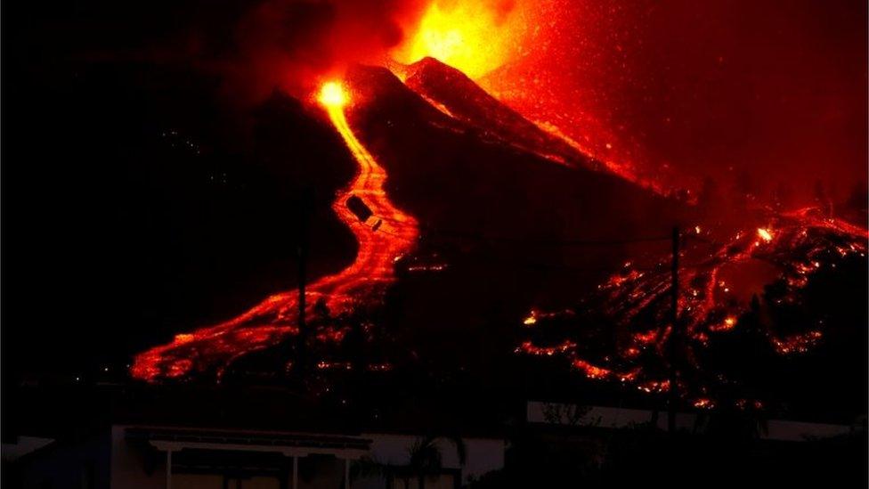 Vulcão entrou em erupção neste domingo nas Ilhas Canárias