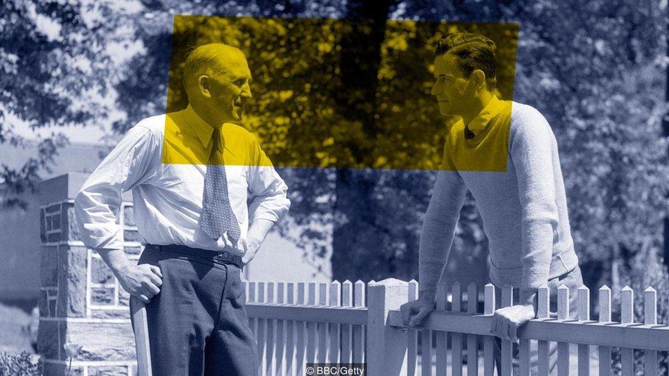 bahçe çitinde sohbet eden iki erkek