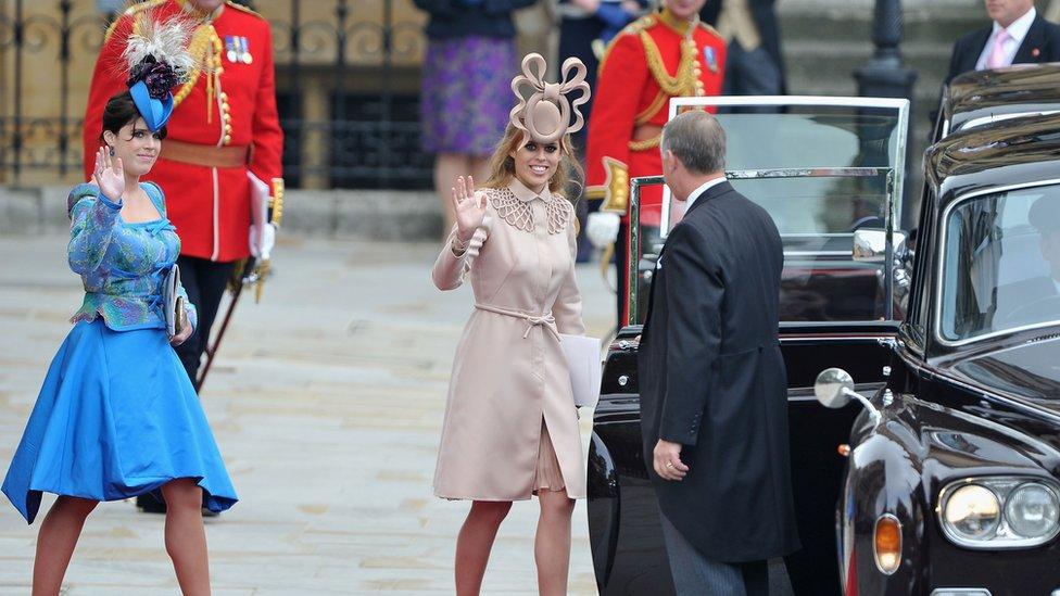 Prenses Beatrice (sağda) ve Prenses Eugenie