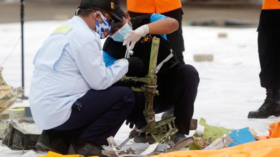 Autoridades indonésias inspecionam supostos destroços do avião