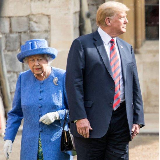 Trump camina junto a la reina Isabel II