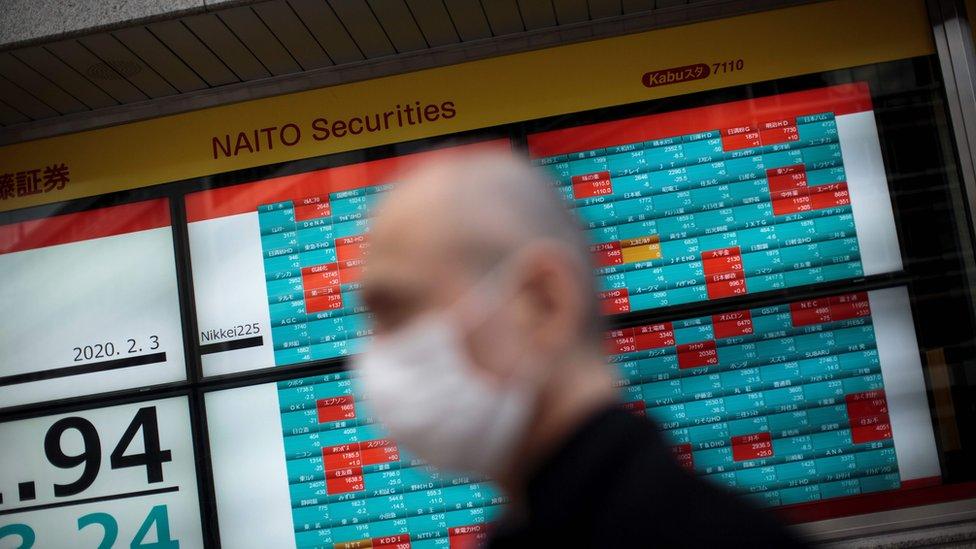 Hombre con máscara en la bolsa de valores de Tokio