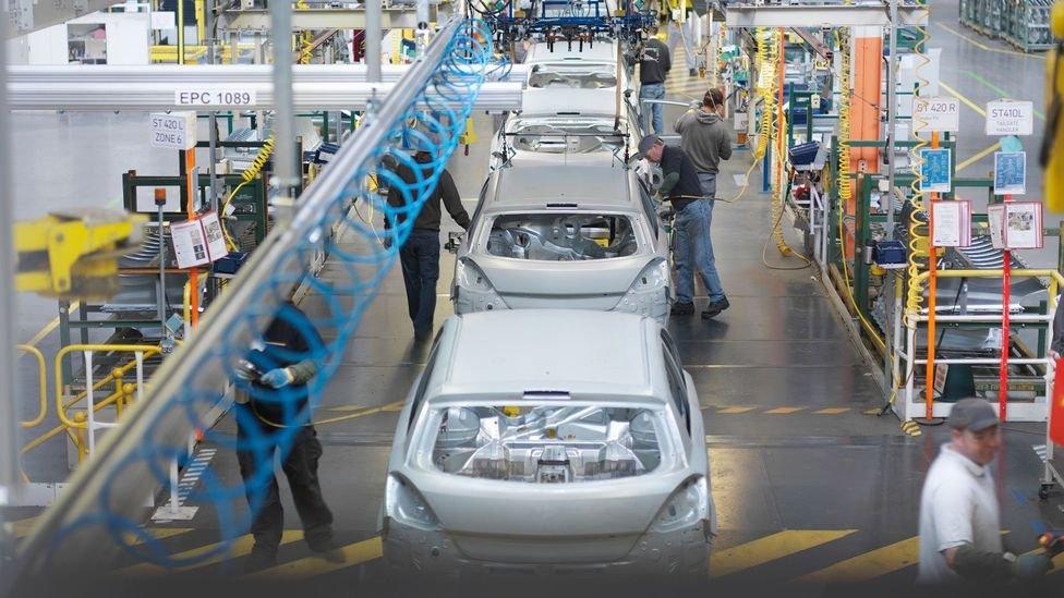 Producción en línea en una fábrica automotriz