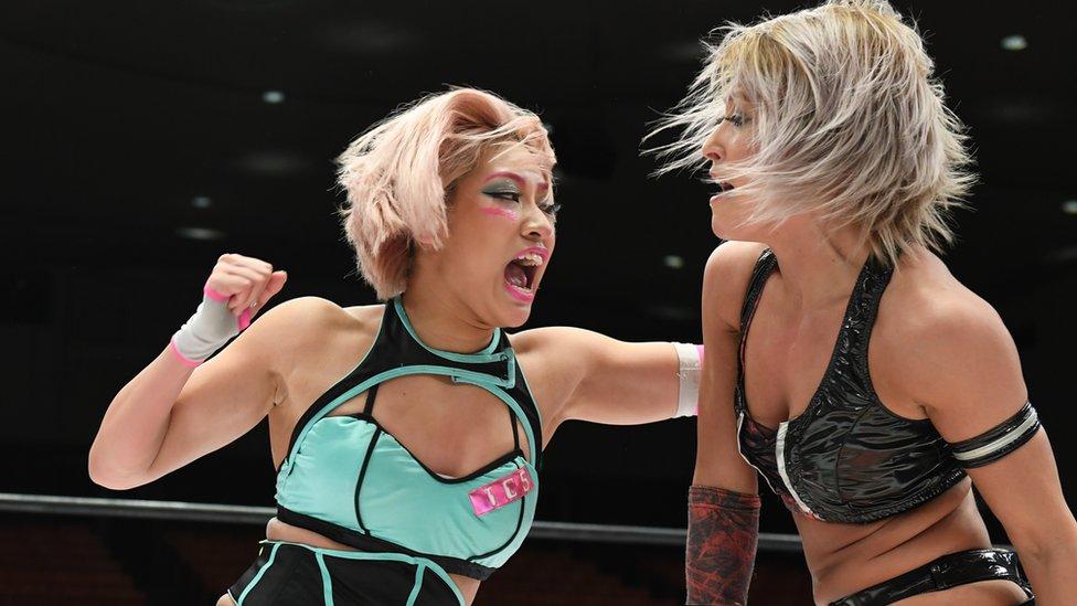 Hana Kimura (solda) güreşçiler arasında yükselen yıldızlardan biriydi