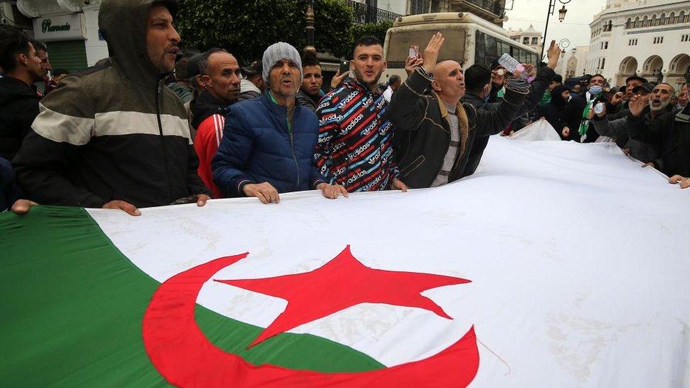 المحتجون يطالبون بدولة مدنية ديمقراطية في الجزائر