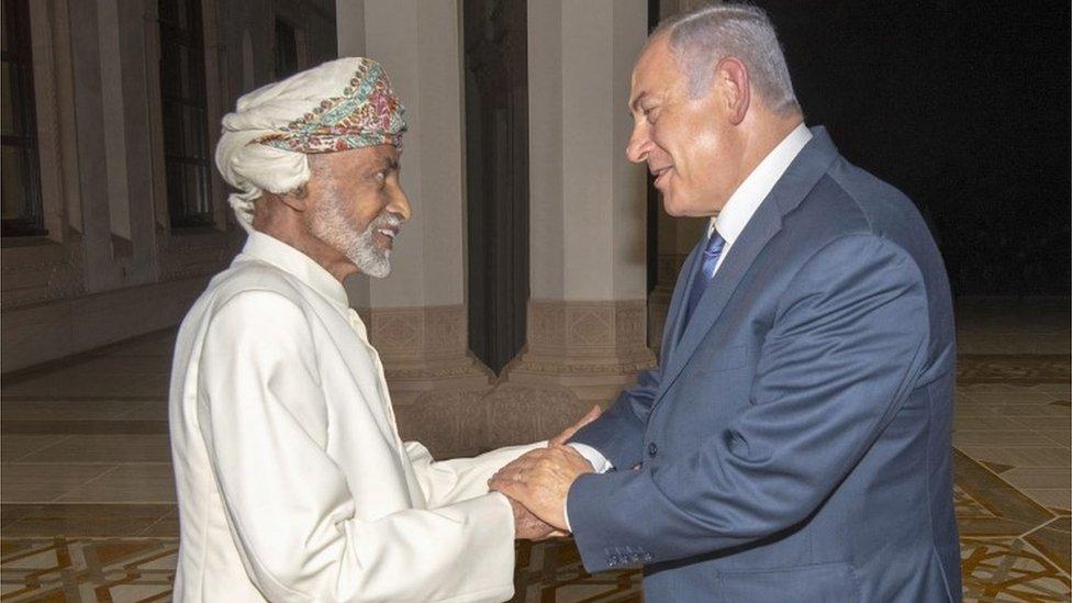 سلطان عمان قابوس بن سعيد (يسار) وبنيامين نتانياهو (يمين)