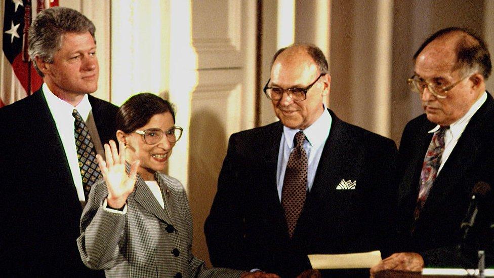 القاضية الراحلة روث بادر غينسبورغ إلى جانب الرئيس الأمريكي السابق بيل كلينتون