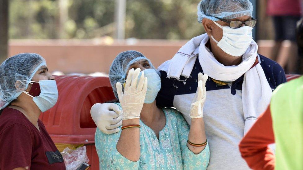 Equipe médica lamentando mortes por coronavírus em Kuvadava, uma vila em Gujarat