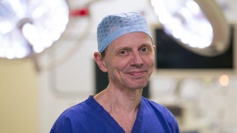 Carlos Heras-Palou con su uniforme de cirujano