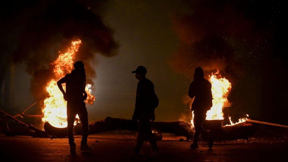 Manifestantes frente a una hoguera