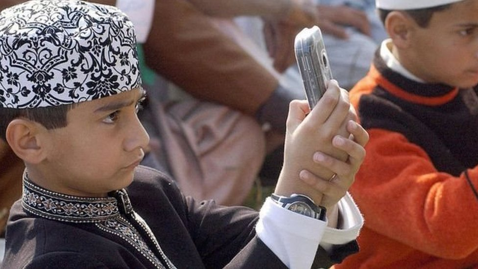 कश्मीर: मोबाइल सेवा बहाल होने के बाद कहीं ख़ुशी, कहीं झल्लाहट