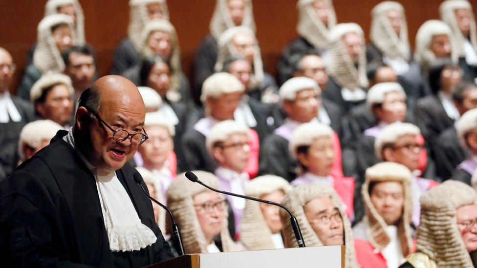 """香港終審法院現任首席法官馬道立2014年曾表示,《基本法》清楚訂明立法、行政和司法機關""""三權分立""""的原則。"""