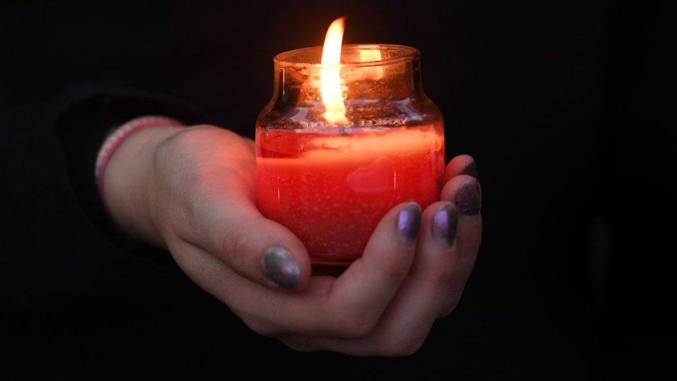 Vigilia en homenaje a víctimas de acoso
