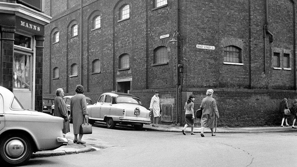 """En esta esquina murió Mary Ann """"Polly"""" Nichols, que pasaría a la historia como una prostituta de 41 años. Foto: 1965."""