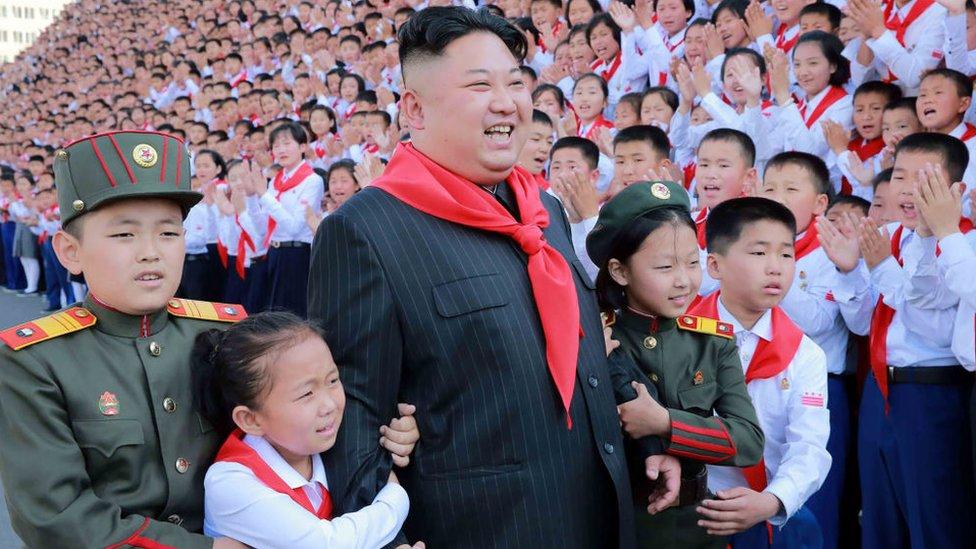 Kim Jong-un rodeado de niños