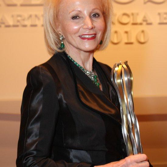 Angelita recebe um prêmio