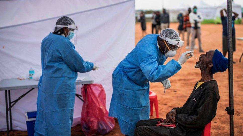 Testes sendo realizados no município de Alexandra, em Joanesburgo, na África do Sul.
