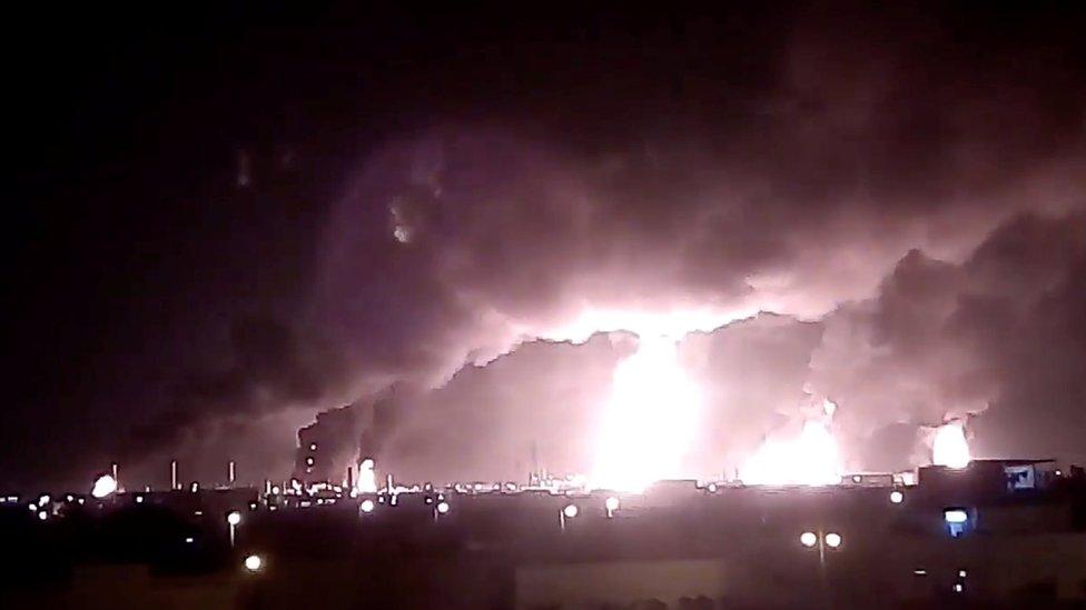 ألسنة اللهب تتصاعد بعد الهجوم الأخير للحوثيين على منشأتين نفطيتين لأرامكو السعودية