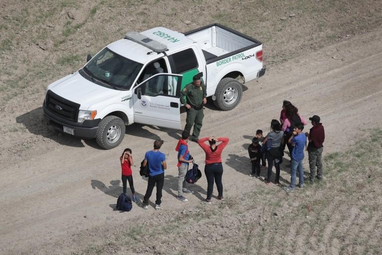 Migrantes siendo detenidos por la Patrulla Fronteriza