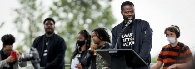 يقود الشاعر والناشط جيري أفريي حركة تسمى Kick Out Zwarte Piet