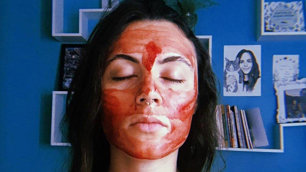 पीरियड का ख़ून चेहरे पर लगाने वाली लड़की