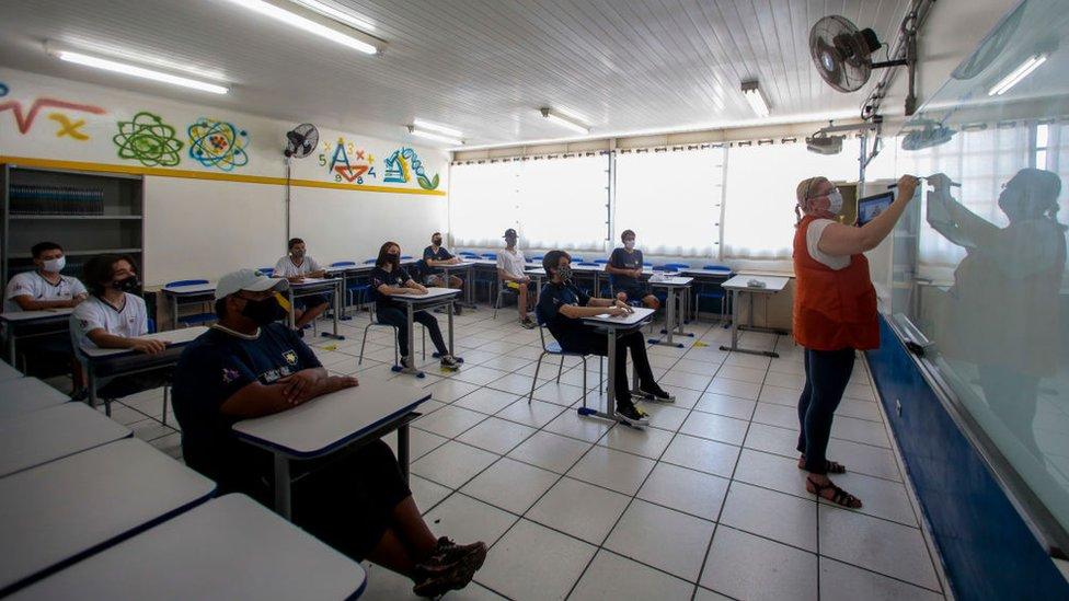 يحضر الطلاب فصل دراسيا ويحافظون على التدابير الوقائية في مدرسة في ساو باولو، البرازيل