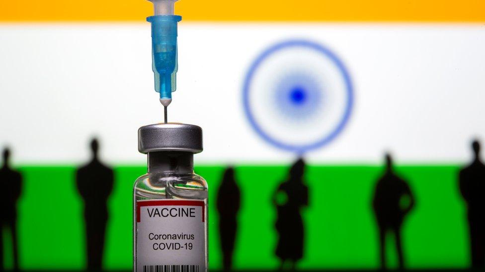 設計圖片:印度國旗、人像娃娃和COVID-19疫苗