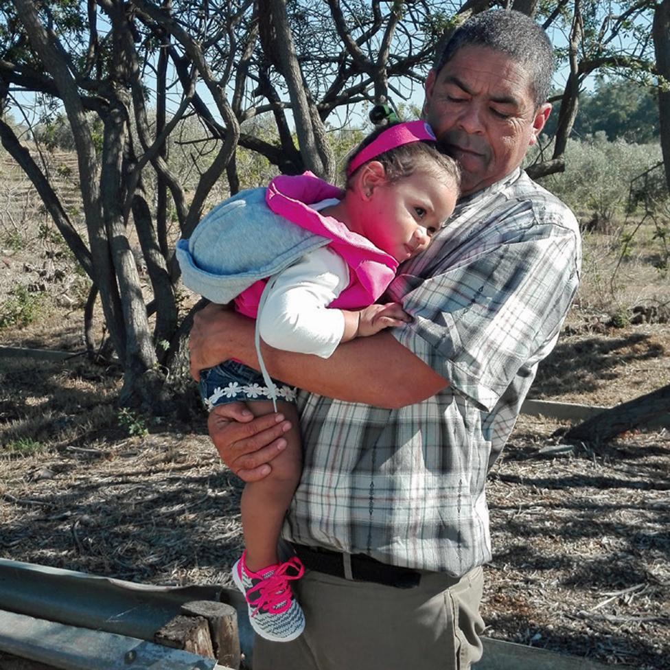 Michael con la hija de Miché camino a visitar a Lavona en prisión