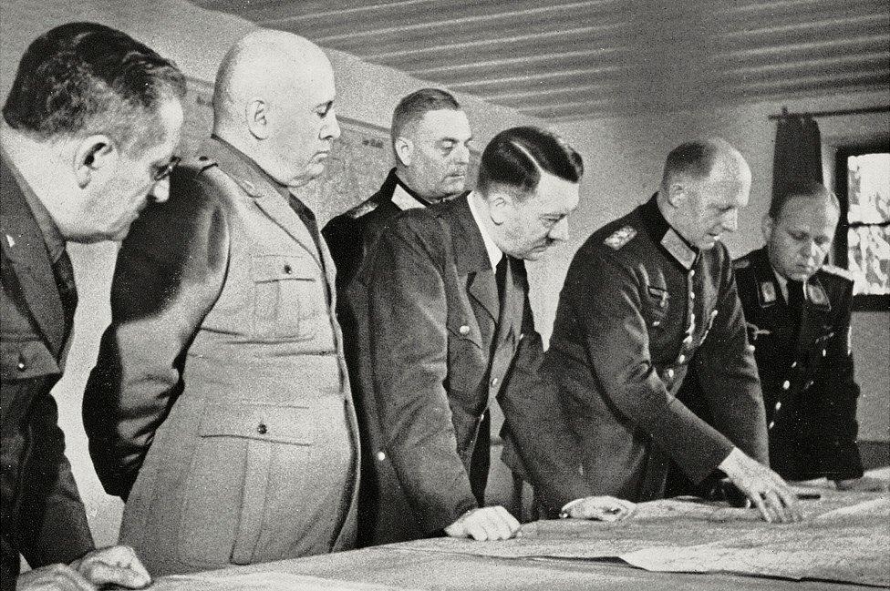 En la Guarida del Lobo, agosto de 1941: Hitler (c) y Mussolini (2º izq)