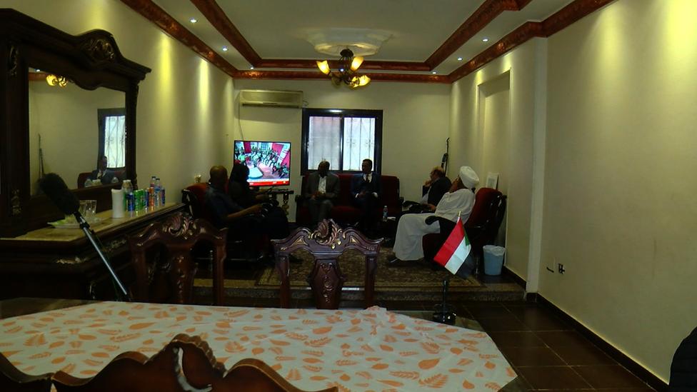 سودانيون يشاهدون التلفزيون
