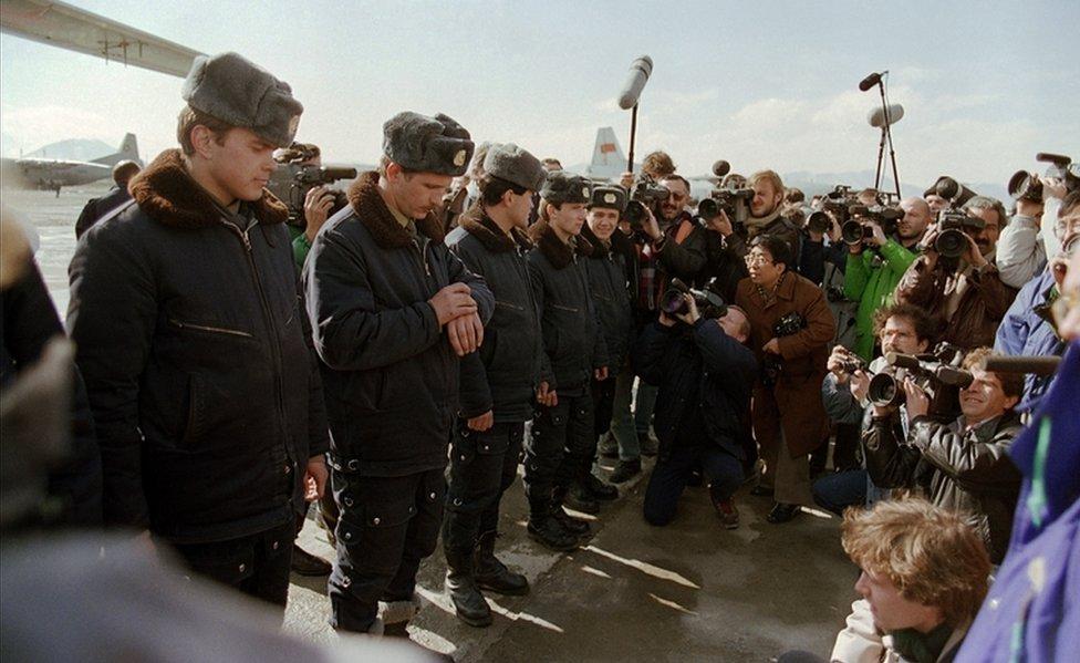 Vojnici Crvene Armije okruženi novinarima u februaru 1989. godine tokom povlačenja sovjetske vojske iz rata u Avganistanu