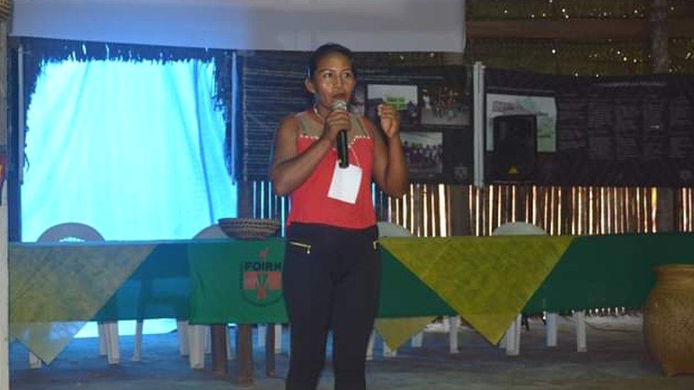 Margarida fala em microfone durante evento