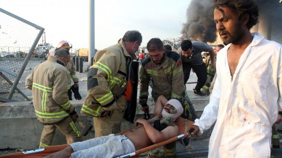 Un herido es evacuado de la zona del desastre.