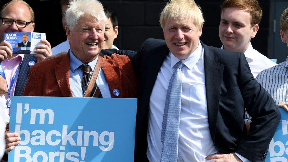 Stanley Johnson, haciendo campaña junto a su hijo Boris, para el liderazgo del Partido Conservador.